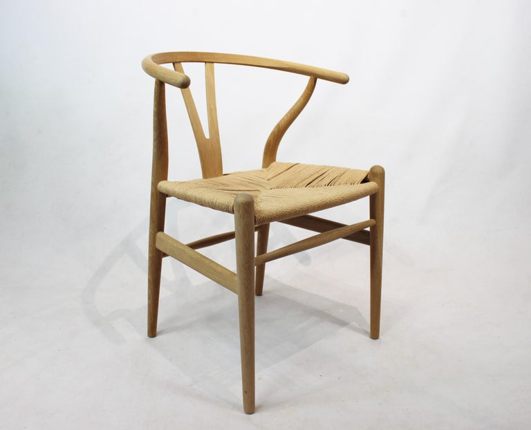 Wishbone chair, model CH24, in oak and paper cord designed by Hans J. Wegner and manufactured by Carl Hansen & Son in the 1960s. The chair are in great vintage condition.