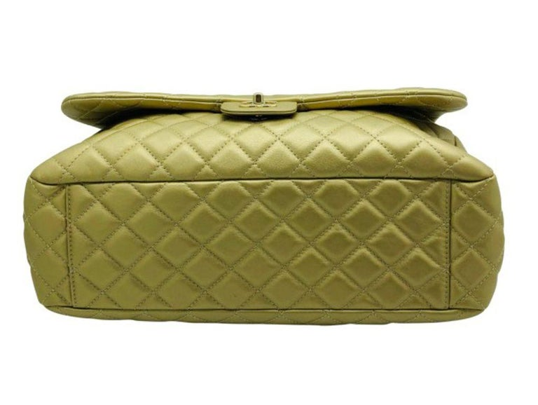 Women's Designer Chanel Classic XXL Travel Flap Bag In Good Condition For Sale In London, GB