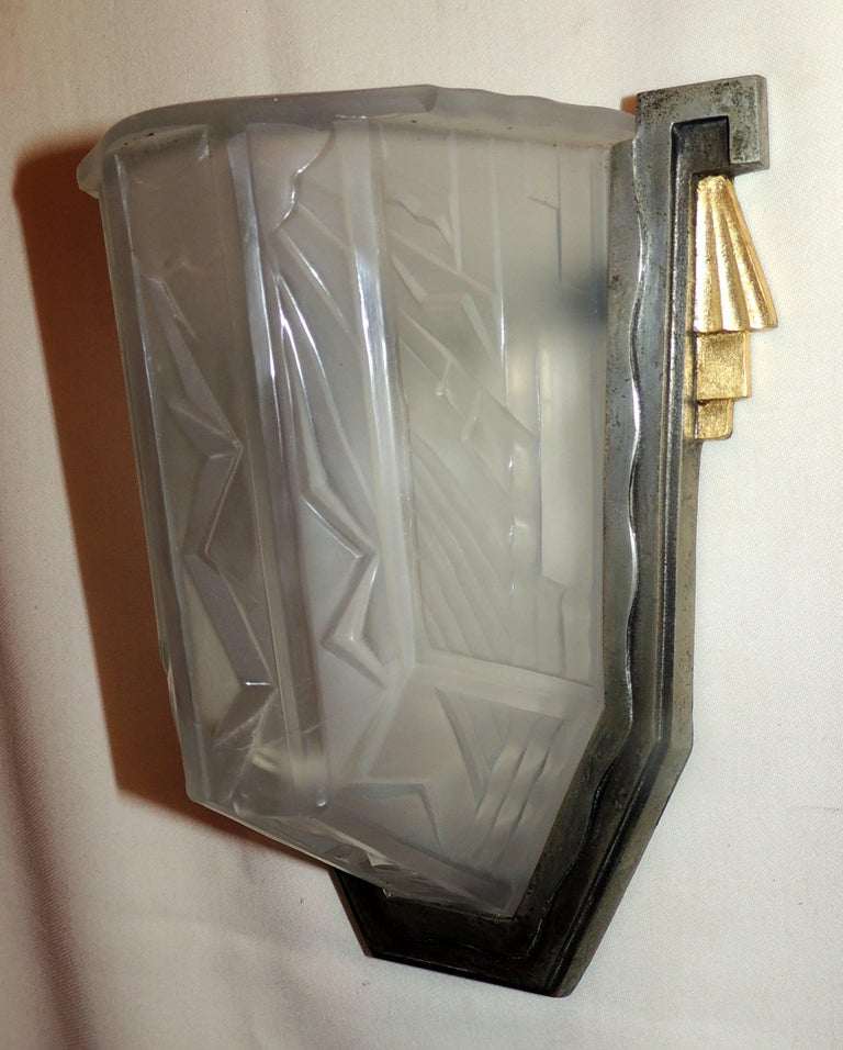 Early 20th Century Wonderful Pair of Art Deco Frosted Glass Brushed Nickel Gilt Bronze Wall Sconces For Sale