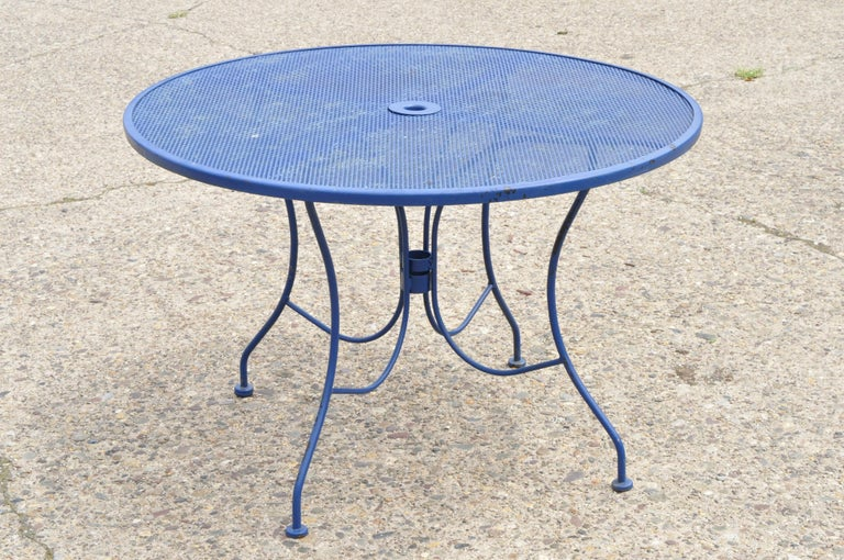Woodard pinecrest blue wrought iron 5-piece patio garden dining set with 4 chairs and round table. Listing includes (4) chairs, round mesh top table, wrought iron construction, quality American craftsmanship, great style and form, circa mid-20th
