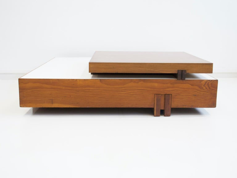 Large wooden center table attributed to Armo Scarpa. The coffee table has two levels. The first top is in white veneered wood, while the second smaller one is in wood. Wheels at the base to move the table easily around.