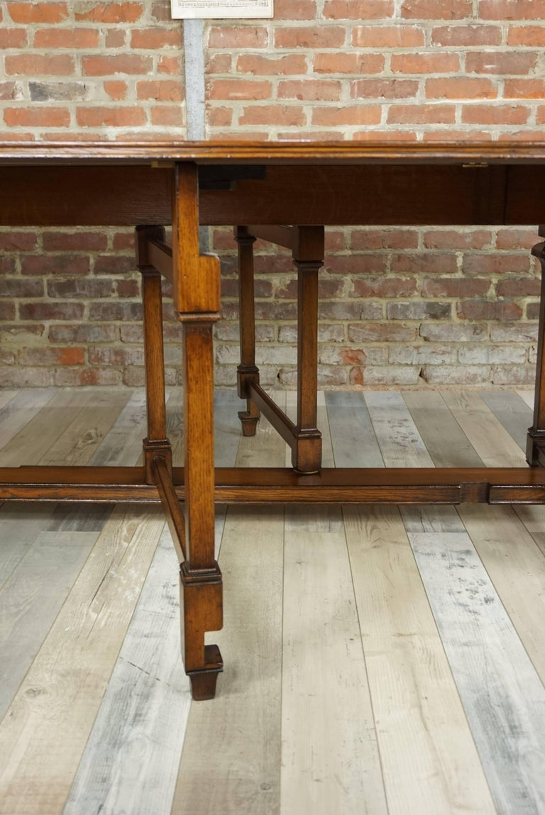 Prestance and classicism for this large dining table inlaid and oak inlay, which in a jiffy changes from rectangular (H 75cm / 200/100) to oval (H 75cm / 240/150)
