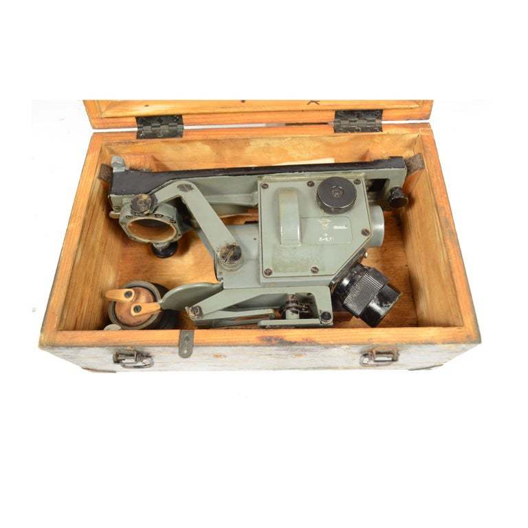 World War II sextant made in Russia, of gray painted metal complete with original wooden box with accessories. Good condition. Measures: Box 31 x 20 cm H 12.8 - inches 12.2 x 7.87 H 5. Shipping in insured by Lloyd's London and the gift box is free