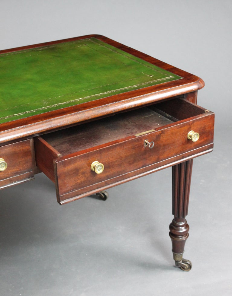Writing Table In Good Condition For Sale In Bradford-on-Avon, Wiltshire