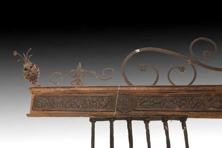 Typologically, it is a partial architectural grating with an ornamental and defensive purpose at the same time. Likewise, it clearly shows some of the striking decorative and typological variety customary in the 15th century Gothic gilding, but it