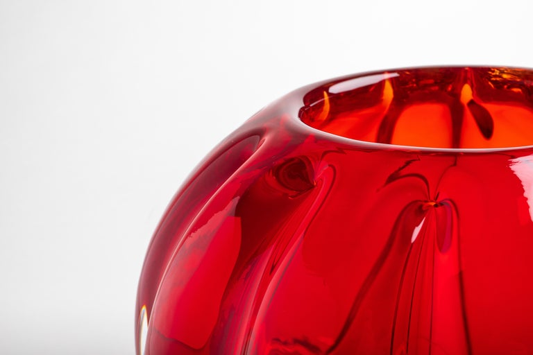He Fiori Bolla vase is hand blown in Murano using the Costa Dritta technique which produces a ribbed effect on the outside of the glass. Each Yali piece is handcrafted and signed. Sizes and shapes vary slightly, and subtle markings and small air