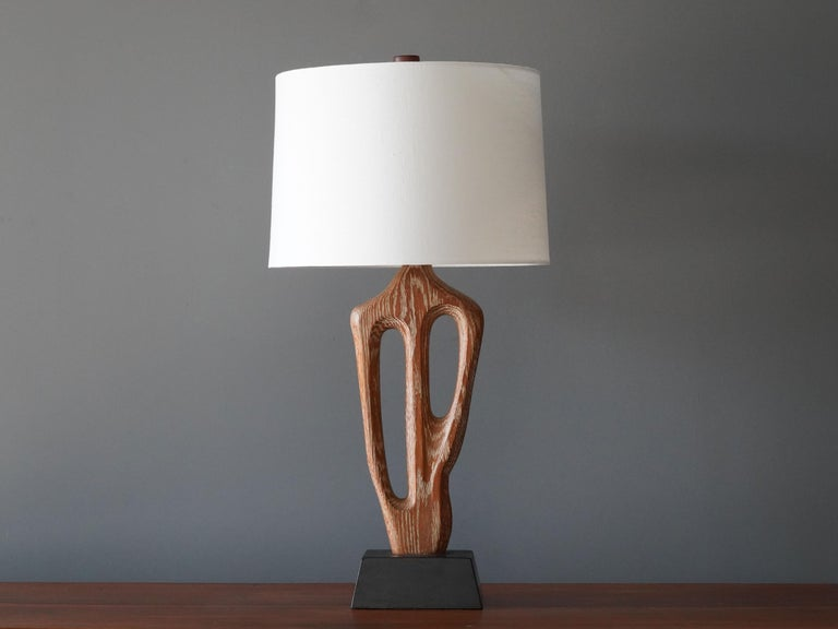 A rare organic / biomorphic table / desk lamp. Designed and produced by Yasha Heifetz, America, 1950s. Features a sculptural rod in perused oak on a black-painted wooden base. Brand new high-end screen. Signed on the base.  Other designers of the
