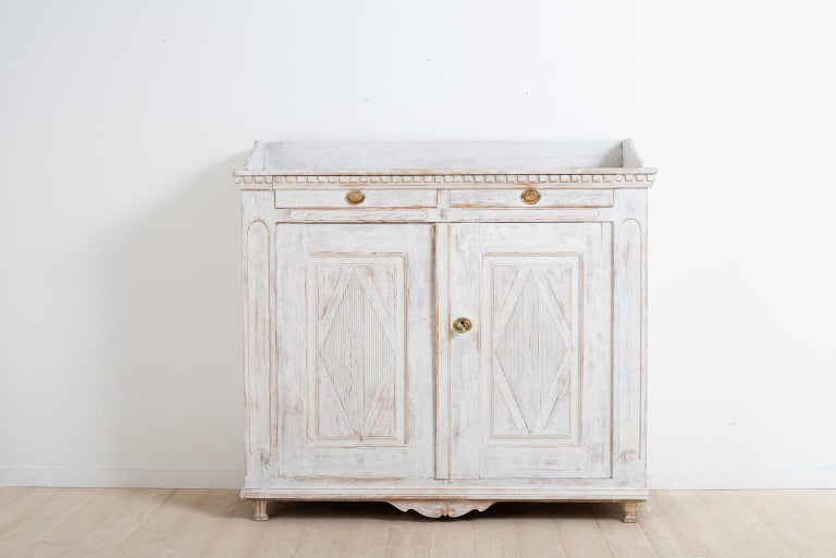 Swedish Gustavian sideboard. Manufactured in Örnsköldsvik in northern Sweden, circa 1800. Original fully functional lock and key. Original hardware.
