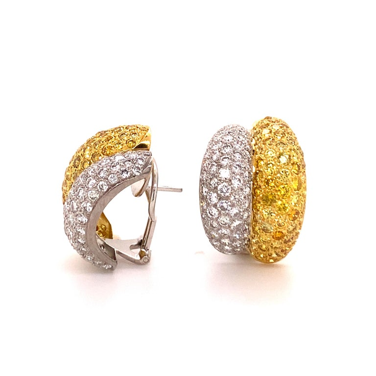 Yellow and White Diamond Bombé Earclips in 18 Karat White and Yellow Gold In Good Condition For Sale In Lucerne, CH