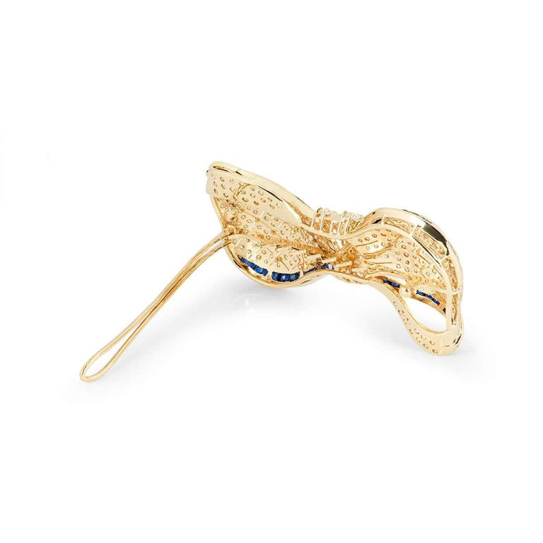 Yellow Gold Diamond and Sapphire Bow Brooch 7.62 carats In Excellent Condition For Sale In London, GB