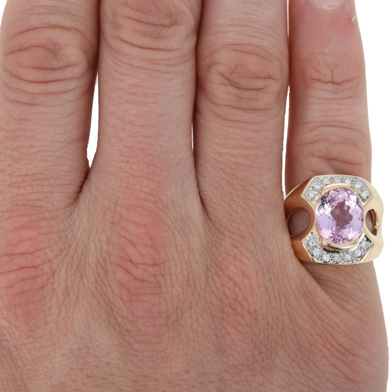 Yellow Gold Kunzite and Diamond Ring, 14 Karat Oval Cut 6.10 Carat In Excellent Condition For Sale In Greensboro, NC