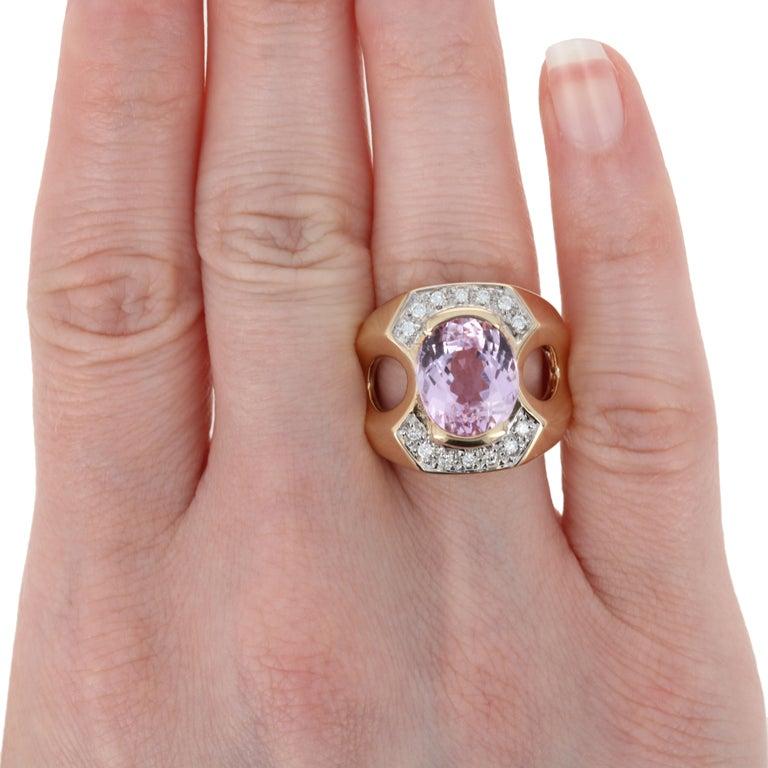 Yellow Gold Kunzite and Diamond Ring, 14 Karat Oval Cut 6.10 Carat For Sale 1