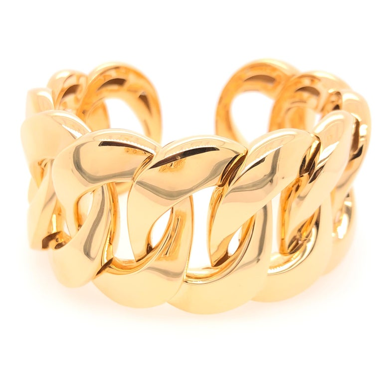 Vaid's 18K yellow gold link cuff adds a sense of strength and grace to whatever you are wearing. We can see this paired with you favorite pair of jeans or complimenting a fine silk gown ready for the opera. You're imagination is the limit!    Size: