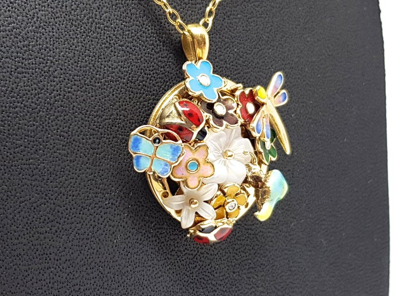 Yellow Gold Necklace Mother of Pearl Diamond Multi-Color Enamel Pendant In New Condition For Sale In Antwerp, BE