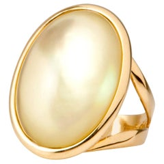 Yellow Gold Ring Surmounted by a Lemon Quartz and Nacre Shape Cabochon