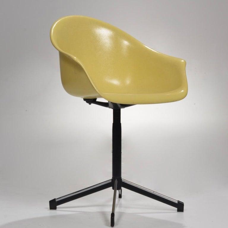 Mid-Century Modern Yellow Molded Fiberglass Swivel Shell Chair For Sale