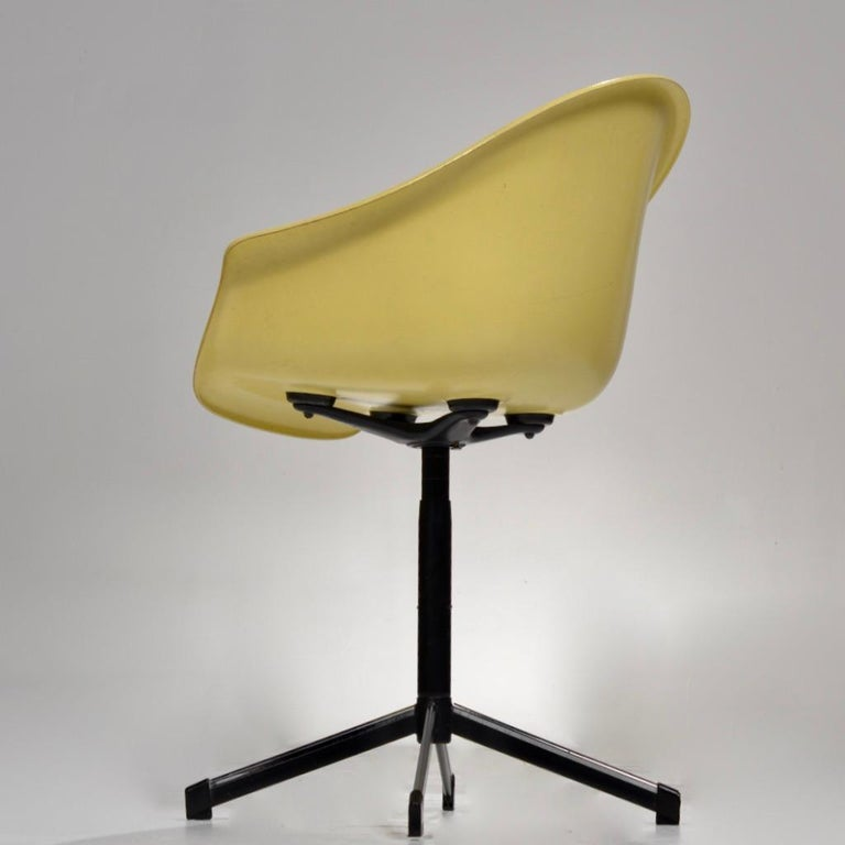Yellow Molded Fiberglass Swivel Shell Chair In Good Condition For Sale In Los Angeles, CA