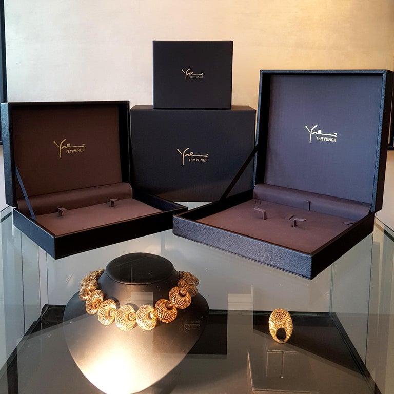 Yemyungji Amethyst Cabochon Cut 12.5 Carat 18 Karat Yellow Gold Cocktail Ring For Sale 4