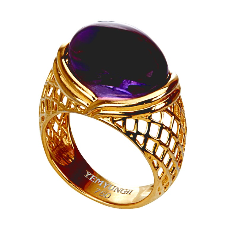This luxurious ring by YEMYUNGJI is set with a cabochon cut of amethyst. The 12.5-carat deep purple amethyst makes a sparkling harmony with the brand's elaborate meshwork and is set at the center of the ring to give it a sense of uniqueness and