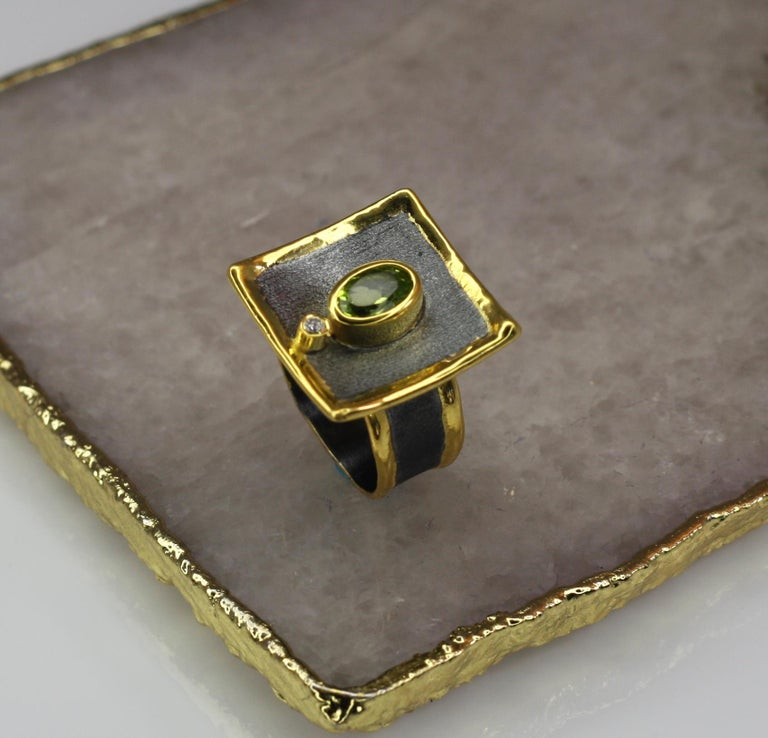 Yianni Creations 1.35 Peridot Fine Silver Square Ring with Rhodium and Gold For Sale 4