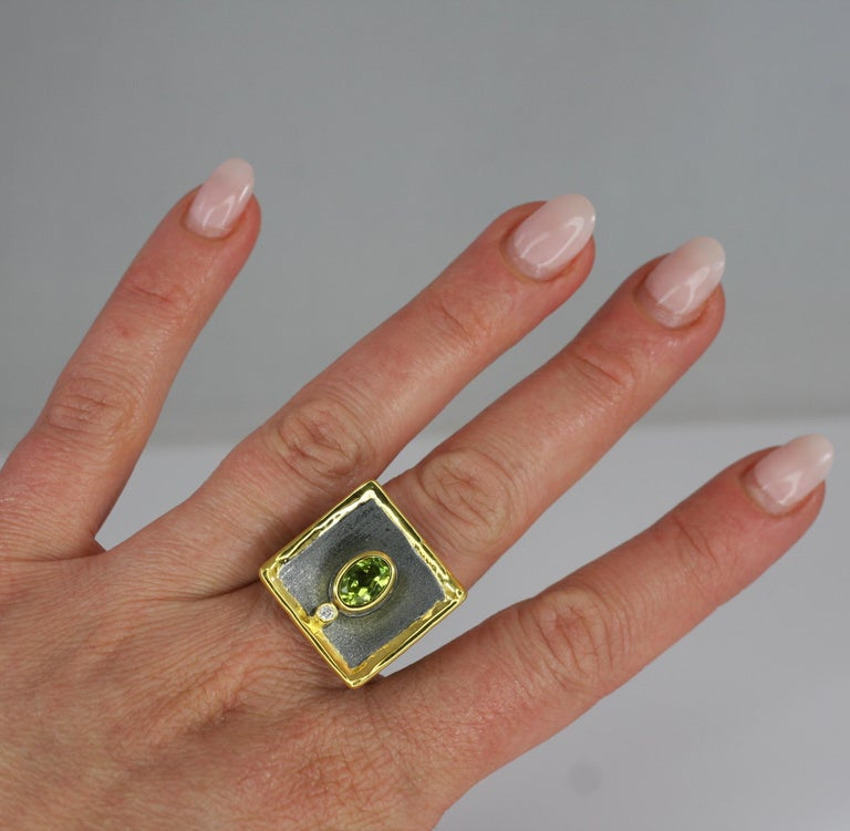 Yianni Creations 1.35 Peridot Fine Silver Square Ring with Rhodium and Gold For Sale 5