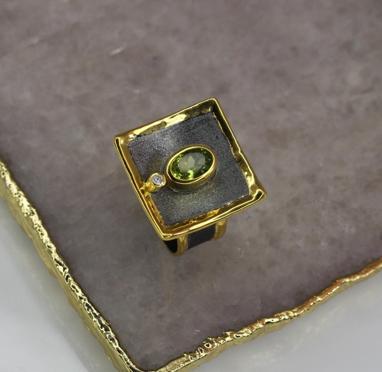 Yianni Creations 1.35 Peridot Fine Silver Square Ring with Rhodium and Gold For Sale 11