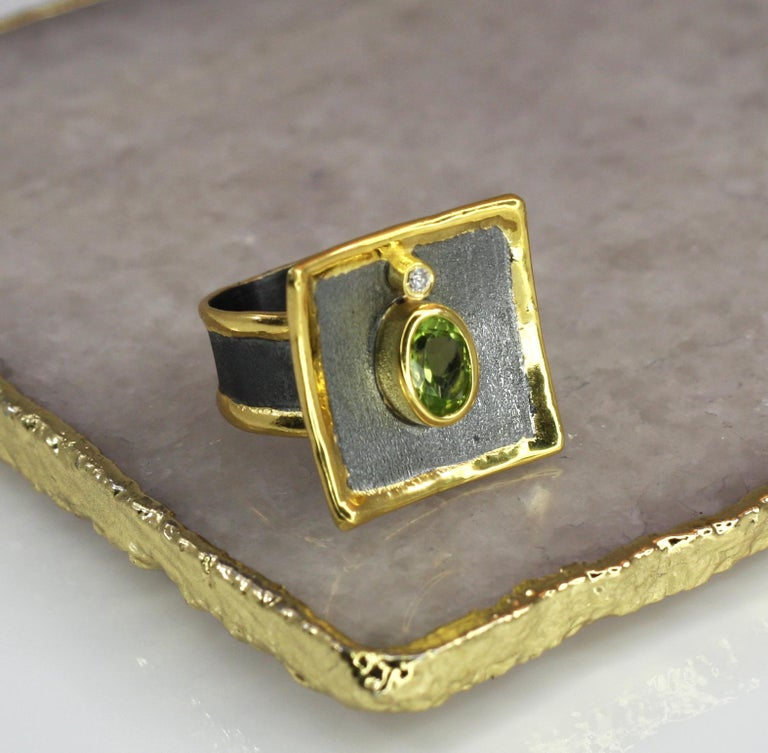 Yianni Creations 1.35 Peridot Fine Silver Square Ring with Rhodium and Gold For Sale 2