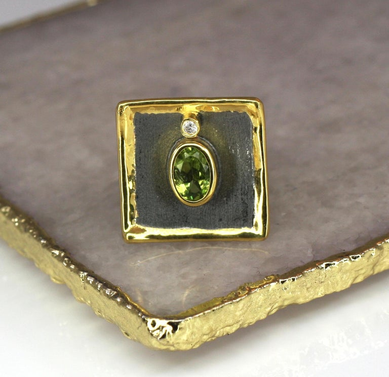 Yianni Creations 1.35 Peridot Fine Silver Square Ring with Rhodium and Gold For Sale 3