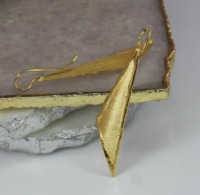 Presenting Yianni Creations 18 Karat Gold earrings all handcrafted in Greece from a gold plate using special ancient techniques of craftsmanship. The unique look is created by combining a brushed surface with shiny liquid edges. Matching pendant