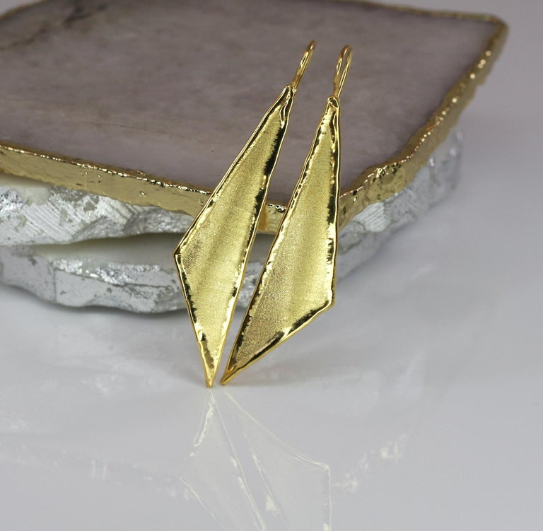 Yianni Creations 18 Karat Gold Handmade Triangular Earrings In New Condition For Sale In Astoria, NY