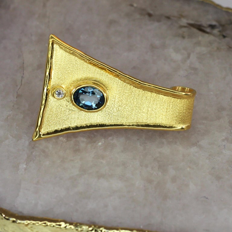 Women's Yianni Creations 18 Karat Gold Pendant Necklace with Blue Topaz and Diamond For Sale