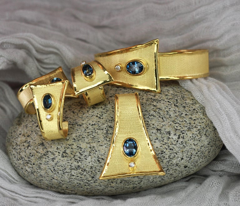 Yianni Creations 18 Karat Gold Pendant Necklace with Blue Topaz and Diamond For Sale 3