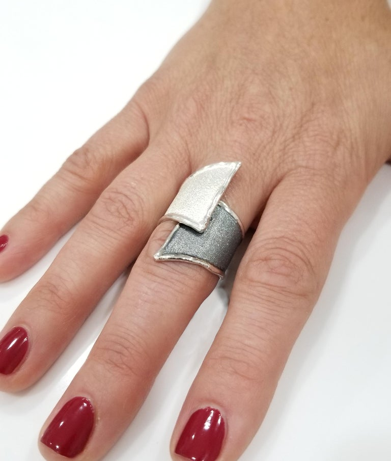 Yianni Creations Fine Silver and Oxidized Rhodium Geometric Two-Tone Ring In New Condition For Sale In Astoria, NY