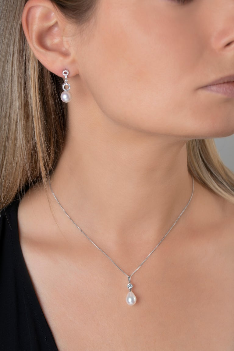 This elegant Yoko London pendant features a sparkling diamond atop a lustrous drop shaped cultured freshwater pearl. Elegant and simplistic, this piece is easily styled with casual and formal outfits. -11-12mm Drop Shaped Cultured Freshwater