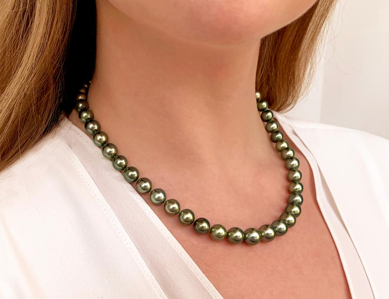 This spectacular necklace from Yoko London features a row of lustrous Pistachio-Coloured Tahitian Pearls which softly graduate in size from 8 - 10.1mm allowing the necklace to sit elegantly upon its wearer's neck. Completed with an 18 Karat White