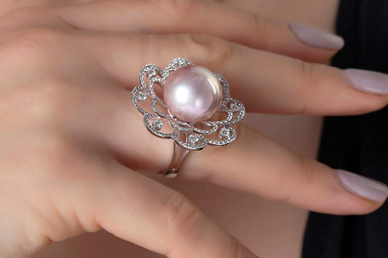 This mesmeric ring by Yoko London features one of their exceptional, natural colour 'Radiant Orchid' Freshwater pearls at its centre. The incredibly rare pearl is perfectly accentuated by the diamond floral motif which surrounds it. Bold, yet