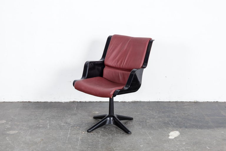 Mid-Century Modern Yrjo Kukkapuro for Haimi Molded Plastic and Leather Swivel Side Chair For Sale