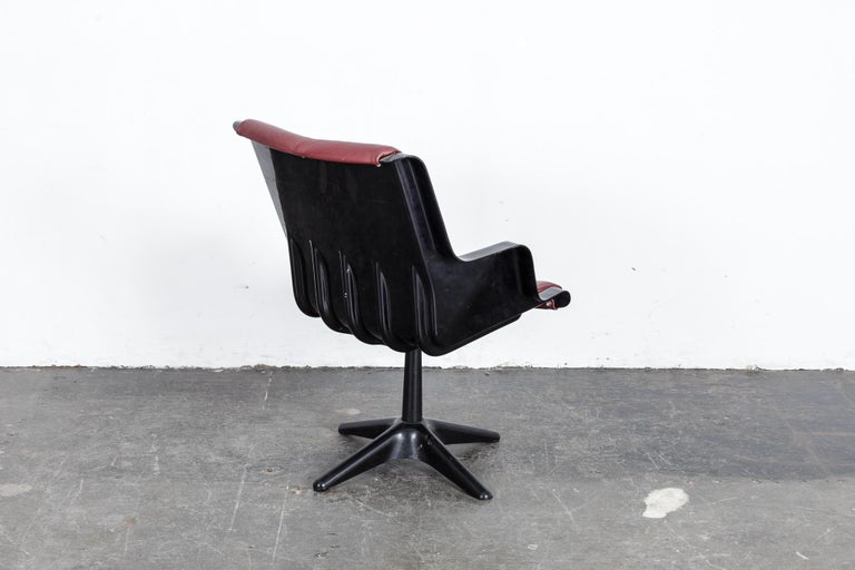Metal Yrjo Kukkapuro for Haimi Molded Plastic and Leather Swivel Side Chair For Sale