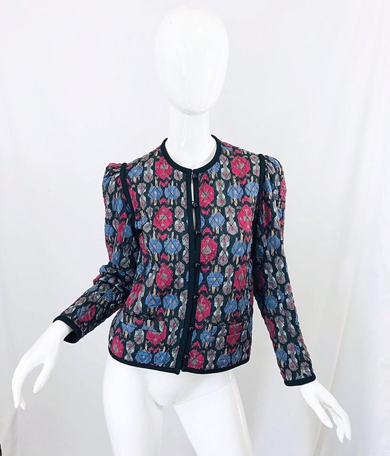 Such a chic late 1970s quilted silk jacket by YVES SAINT LAURENT YSL Rive Gauche (possibly from the famed Russian Collection) ! Features an Ikat like print in tones of red, blue, grey and ivory. Stylish little puff sleeves. Signature black lacquer