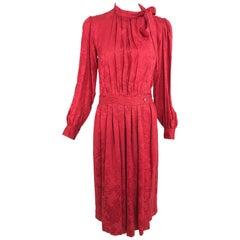 Yves Saint Laurent rot Jacquard Seidenfliege Kleid der 1970er Jahre