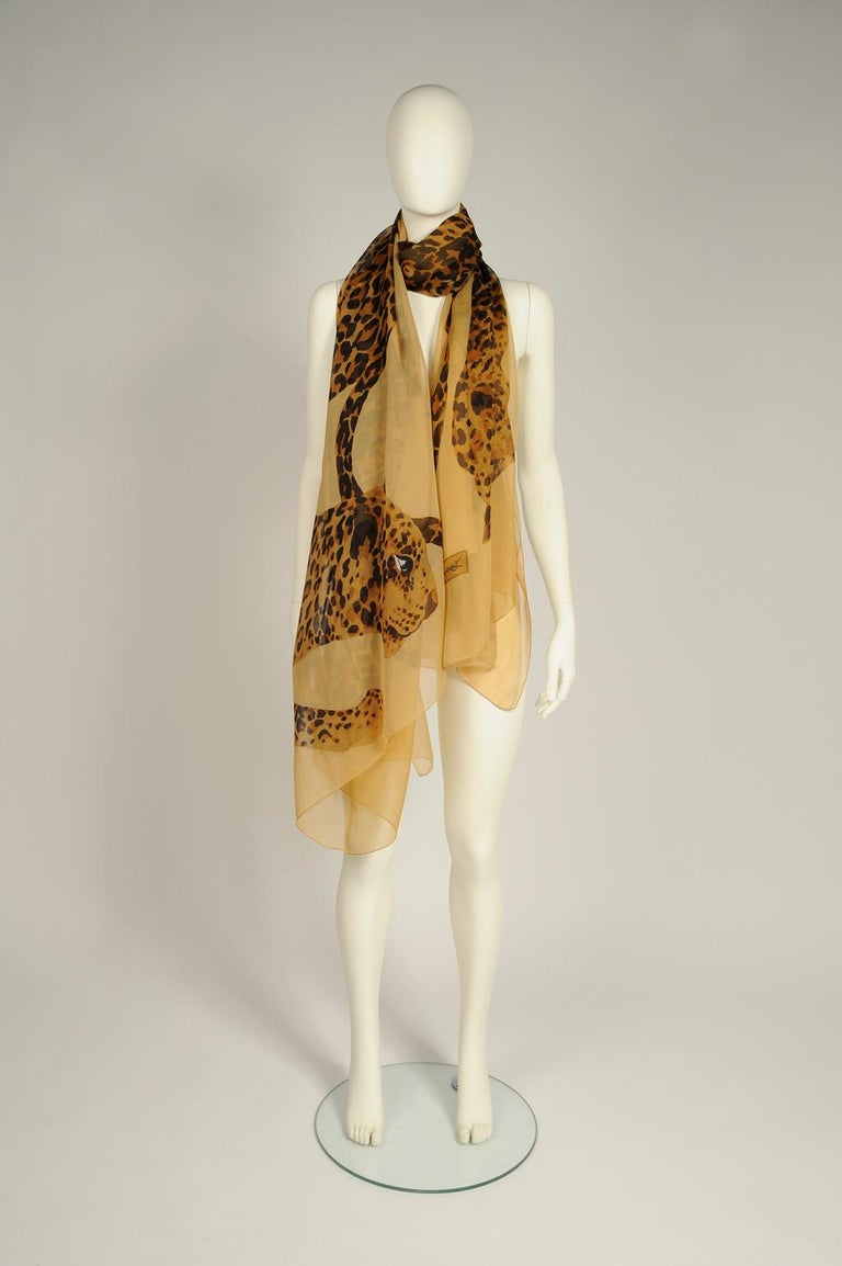 From the iconic 1986-1987 Fall-Winter collection with the leopard theme, this runway (see picture 3) YSL shawl scarf is the largest I've ever seen ! Made from refined breezy silk chiffon, it is decorated with multiple leopards in its usual color