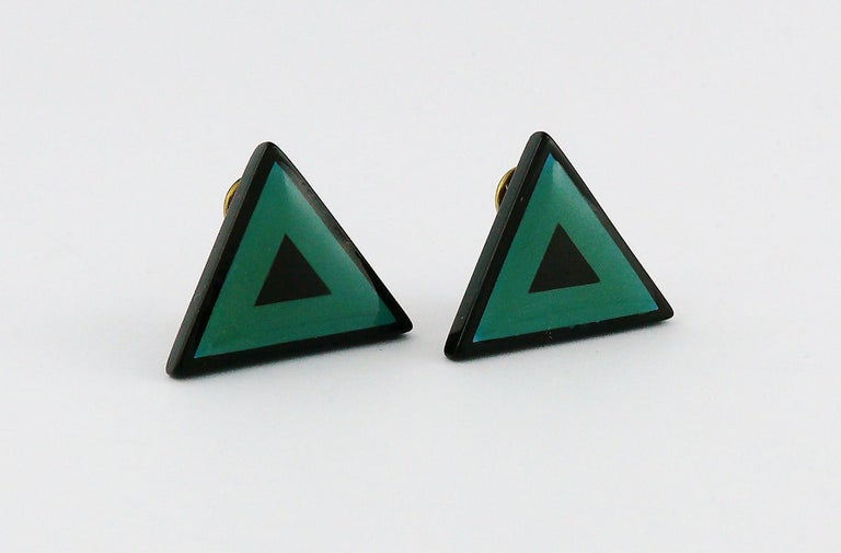 YVES SAINT LAURENT vintage abstraction clip-on earrings featuring a black and green resin triangle.  Embossed YSL.  Indicative measurements : height approx. 2.1 cm (0.83 inch) / max. width approx. 2.9 cm (1.14 inches).  JEWELRY CONDITION CHART - New