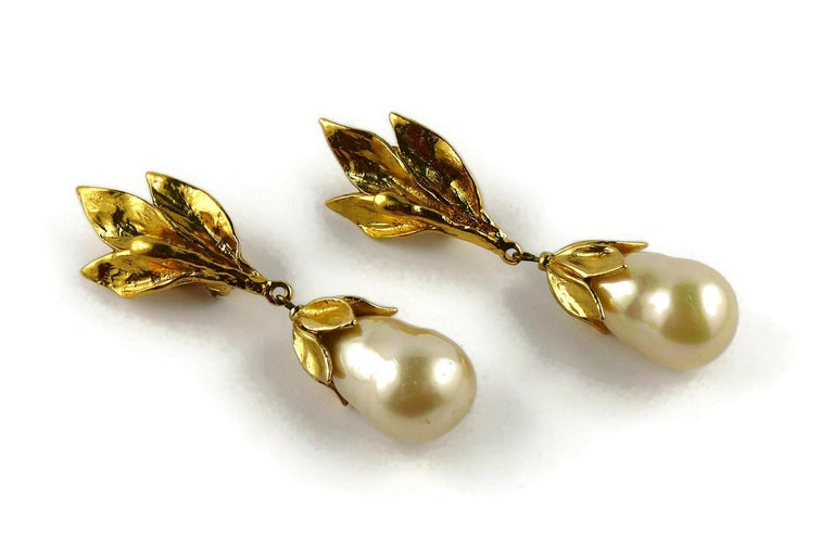 Yves Saint Laurent YSL Vintage Gold Toned Foliage Pearl Drop Dangling Earrings In Good Condition For Sale In Nice, FR