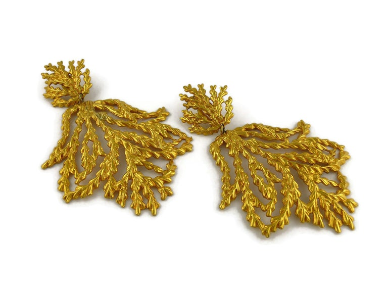 Yves Saint Laurent YSL Vintage Oversized Gold Toned Foliage Dangling Earrings In Good Condition For Sale In Nice, FR