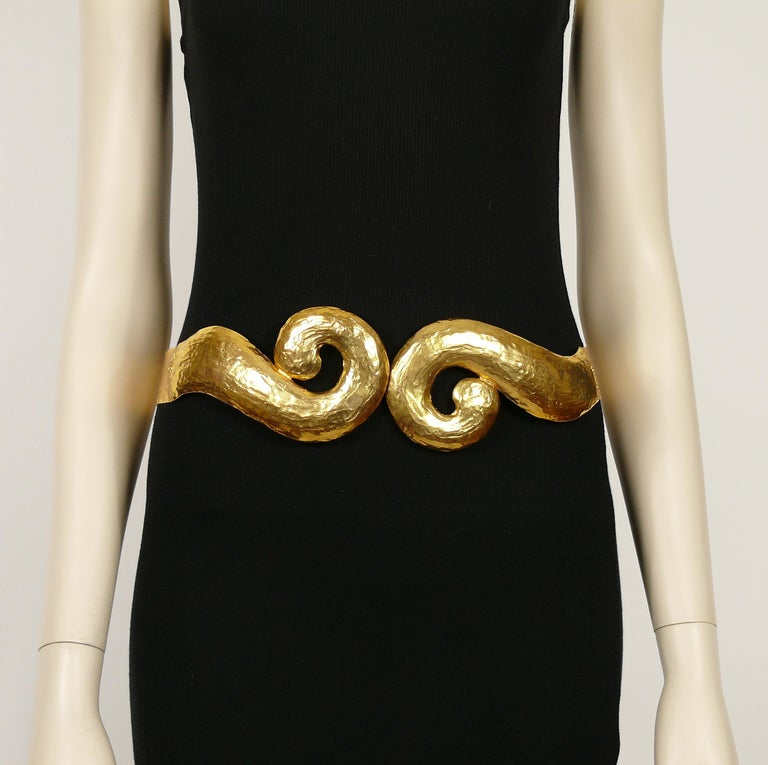 Yves Saint Laurent YSL Vintage Rigid Gold Toned Arabesque Hammered Belt In Good Condition For Sale In Nice, FR