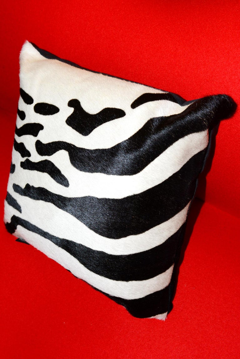Zebra Cushion in Cowhide In Excellent Condition For Sale In Paris, FR